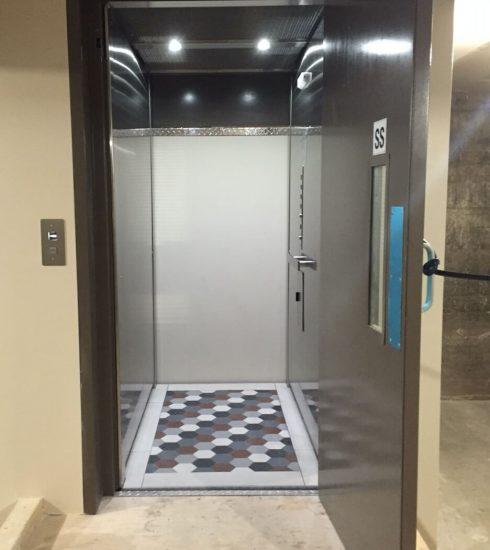 Ascenseur avec porte battante | Entrée palière en acier